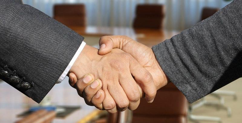 契約するビジネスマン